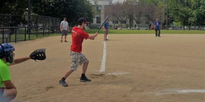 Un tournoi de balle-molle sous le soleil!